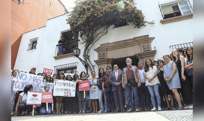 Plantón en solidaridad a IDL por arremetida fujimorista