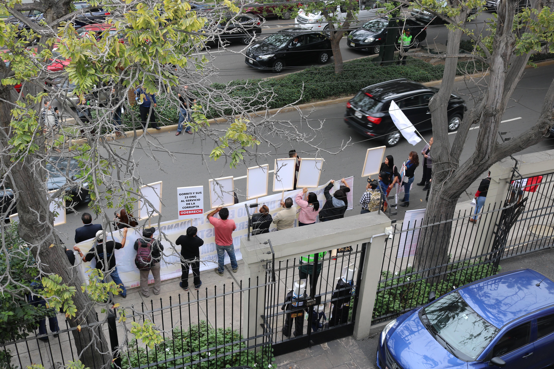 Grupo de manifestantes frente al local del IDL